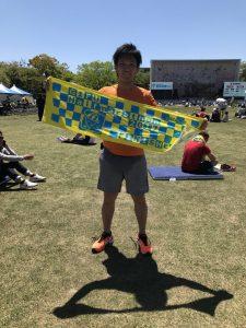 瑞穂市スタッフブログマラソンタオルを掲げているスタッフ